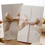 Ikke-personaliseret Tre Foldning Bryllupsinvitationer Invitationskort-50 Stykke/Sæt Formel Stil Klassisk Stil BlomsterstilMønsterpræget