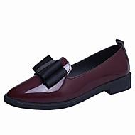 tanie Obuwie damskie-Damskie Obuwie Skóra patentowa Jesień Comfort Mokasyny i pantofle Niski obcas Pointed Toe Black / Wine