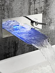 Недорогие -Ванная раковина кран - Водопад / LED Хром На стену Два отверстия / Одной ручкой Два отверстияBath Taps