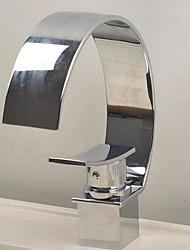 Недорогие -Ванная раковина кран - Водопад Хром По центру Одной ручкой одно отверстиеBath Taps / Латунь
