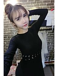 shoot moda real foi vestido de alça fina colocar em um grande vestido de malha de manga comprida
