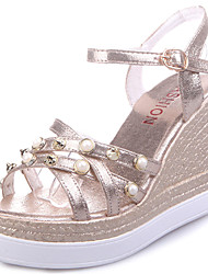 Damen Sandalen Club-Schuhe PU Frühling Sommer Normal Kleid Club-Schuhe Strass Imitationsperle Schnalle Keilabsatz Gold Silber 10 - 12 cm