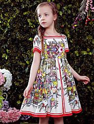 Menina de Vestido Floral Manga Curta