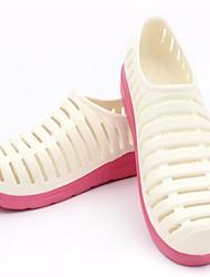 preiswerte -Damen Schuhe PVC Sommer Komfort Sandalen Niedriger Heel Runde Zehe für Normal Weiß Gelb Rosa