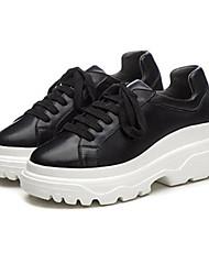 preiswerte -Damen Schuhe Nappaleder Frühling Herbst Komfort Sneakers Flacher Absatz Geschlossene Spitze für Normal Draussen Weiß Schwarz