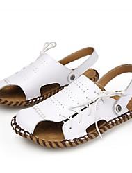 preiswerte -Herrn Schuhe Leder Sommer Komfort Sandalen für Normal Draussen Weiß Schwarz