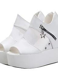 baratos -Mulheres Sapatos Sintético Primavera / Verão Conforto / Shoe transparente Saltos Salto Plataforma Dedo Aberto Miçangas Branco / Preto