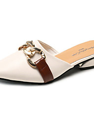 baratos -Mulheres Sapatos Couro Ecológico Verão Conforto / Chanel Tamancos e Mules Salto Baixo Dedo Apontado Preto / Bege / Castanho Claro