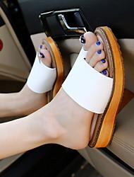 Недорогие -Жен. Обувь Искусственное волокно Лето Удобная обувь Тапочки и Шлепанцы На плоской подошве Белый / Черный