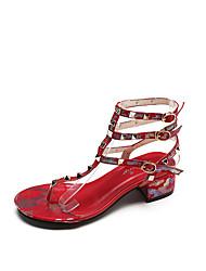 baratos -Mulheres Sapatos Couro Ecológico Outono Tira em T Sandálias Caminhada Salto Robusto Dedo Aberto Tachas Preto / Prateado / Vermelho