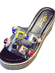 baratos -Mulheres Sapatos Couro Ecológico Verão Conforto Chinelos e flip-flops Salto Plataforma Tachas para Ao ar livre Preto / Bege