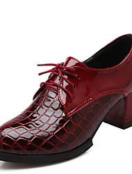 Недорогие -Жен. Полиуретан Весна / Лето Удобная обувь Туфли на шнуровке На толстом каблуке Закрытый мыс Белый / Черный / Винный