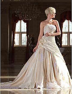 billige Brudekjoler UK-A-linje Stroppeløs Katedralslep Blonder Taft Bryllupskjole med Perlearbeid Appliqué Blomst av LAN TING BRIDE®
