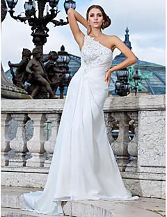 tanie Pierwszy taniec-Ołówkowa / Kolumnowa Na jedno ramię Tren sweep Szyfon Niestandardowe suknie ślubne z Koraliki Haft nakładany Fałdki boczne przez LAN TING