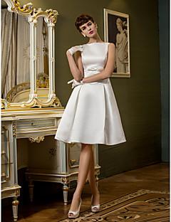 billiga Brudklänningar-A-linje Bateau Neck Knälång Satäng Bröllopsklänningar tillverkade med Rosett / Bälte / band / Knapp av LAN TING BRIDE®