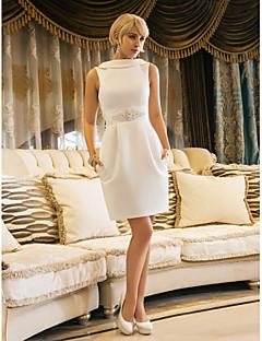 billiga Åtsmitande brudklänningar-Åtsmitande Bateau Neck Knälång Satäng Bröllopsklänningar tillverkade med Bård / Ficka av LAN TING BRIDE® / Liten vit klänning