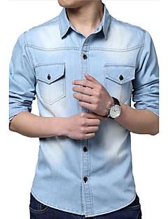 男性の古典的なファッションはデニム長袖のシャツを洗浄し