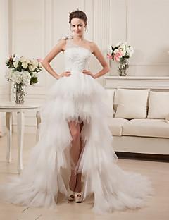 A-linje Enskuldret Asymmetrisk Sateng Tyll Bryllupskjole med Perlearbeid Lag-på-lag av LAN TING BRIDE®