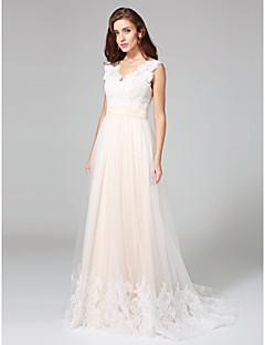 billiga A-linjeformade brudklänningar-A-linje V-hals Svepsläp Spets på tyll Bröllopsklänningar tillverkade med Knappar / Bälte / band av LAN TING BRIDE®