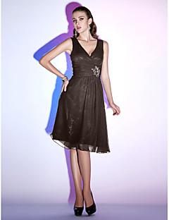 billiga Cocktailklänningar-Figursydd V-hals Knälång Chiffong Den lilla svarta Cocktailfest Klänning med Bård / Veckad av TS Couture®