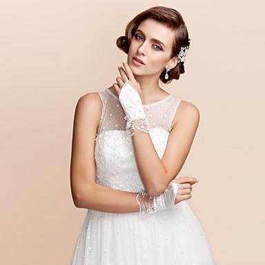 des gants de mariée en satin et dentelle