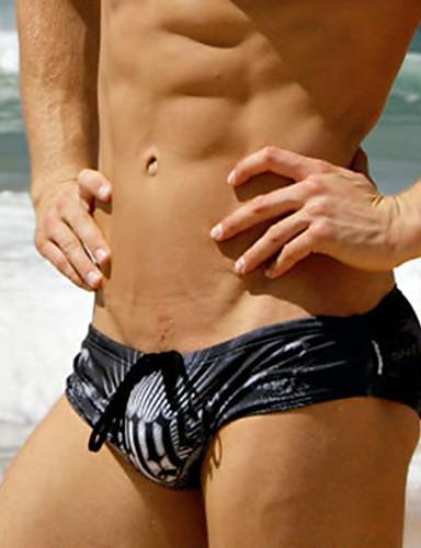 גברים בבגדי ים מתאגרף