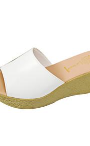 여성용 구두 PU 여름 슬리퍼 플립 플롭 쐐기 뒤꿈치 일상 용 화이트 / 블랙
