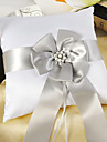 pernă albă din inel satinat cu cercei de argint și ceremonie de nuntă